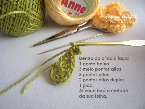 Então, atendendo ao pedido da amiga Márcia Palamin do Blog Tricot e Afins , segue abaixo o tutorial da Rosa para Marcador de páginas. Ap...