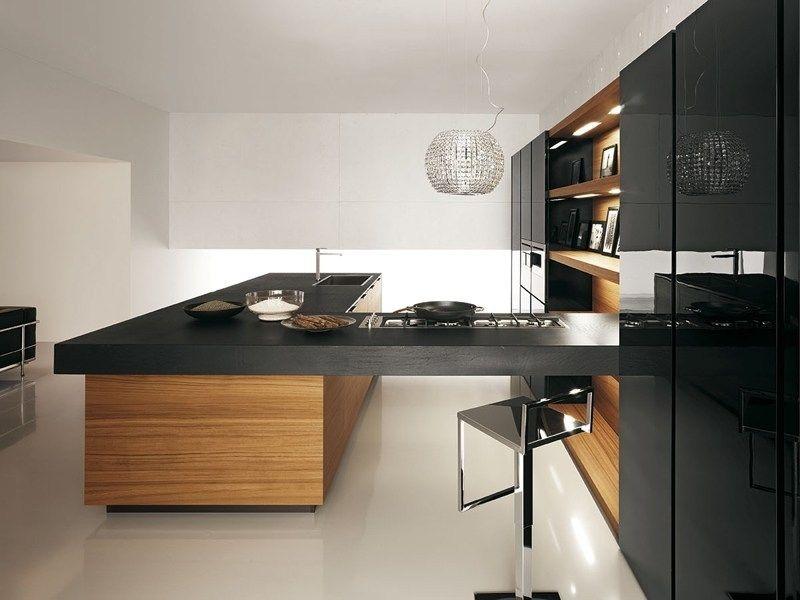 Schwarze küche mit holzkanten