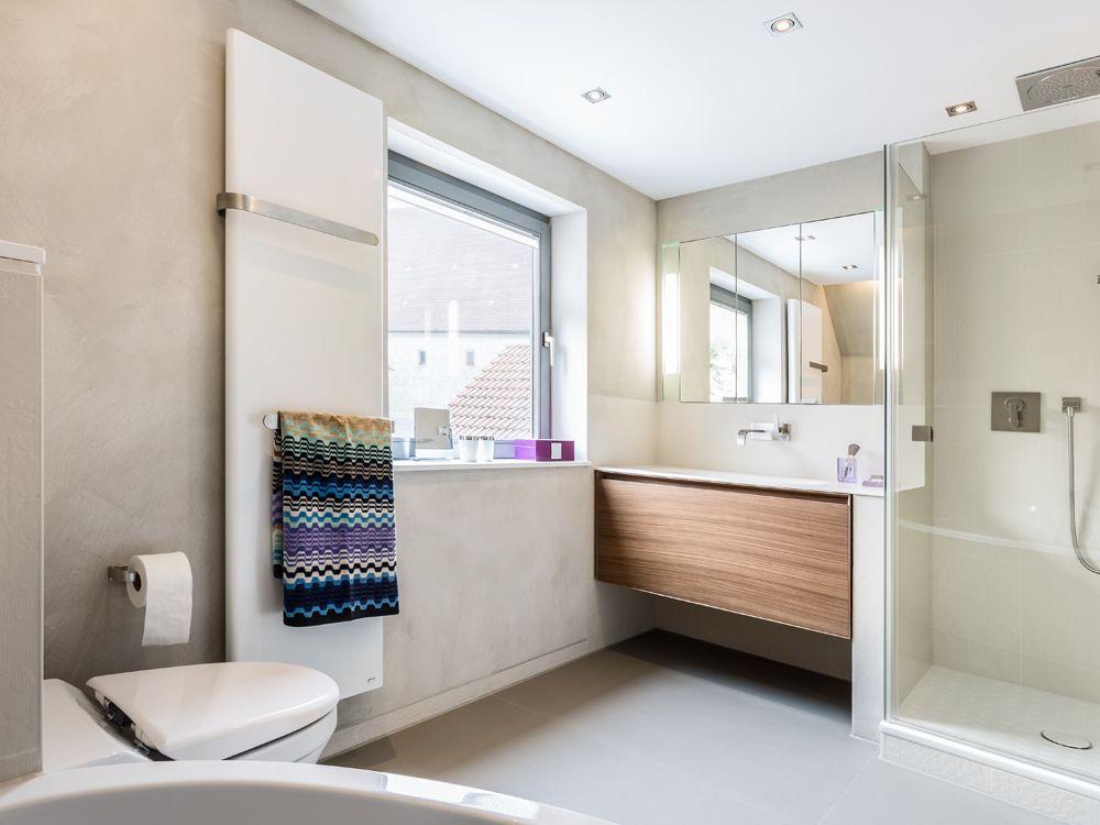 Wunderschöne Badezimmer-Einrichtung weiße Wandfliesen, brauner - farbe für badezimmer