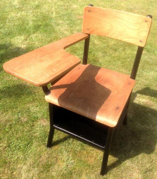 Klassischer Schulstuhl Mit Schreibunterlage Schreibunterlage Stuhle Sitzmoglichkeiten