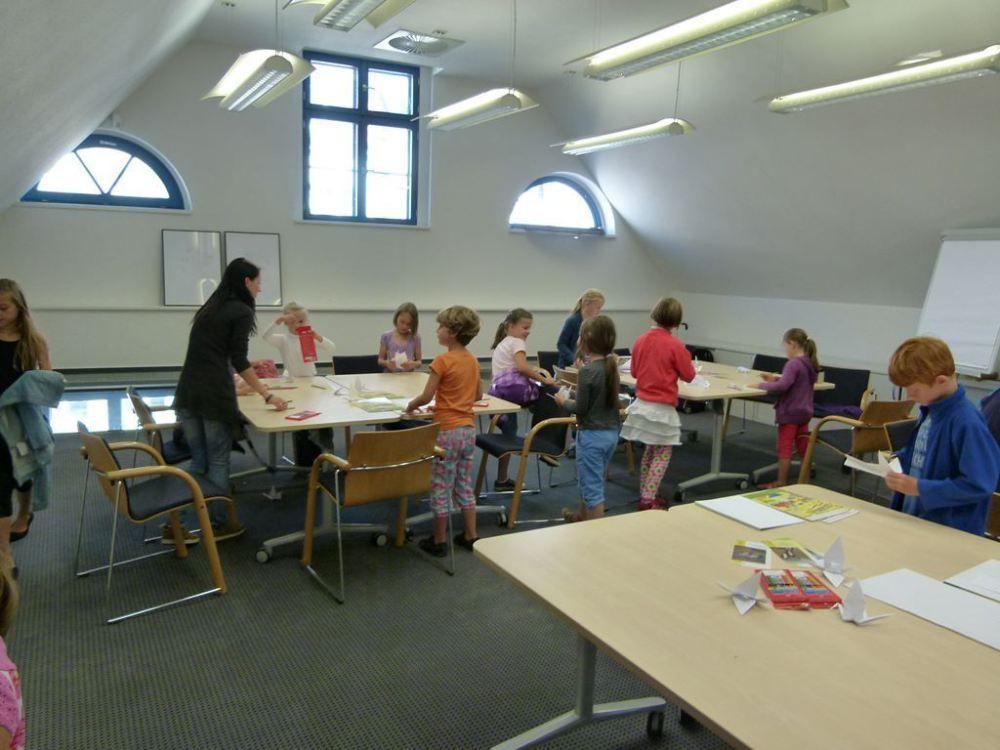 Kraniche basteln und bemalen   Kinder Basteln und Malen Kraniche im Haus der Stadtwerke Rostock (c) Frank Koebsch (1)