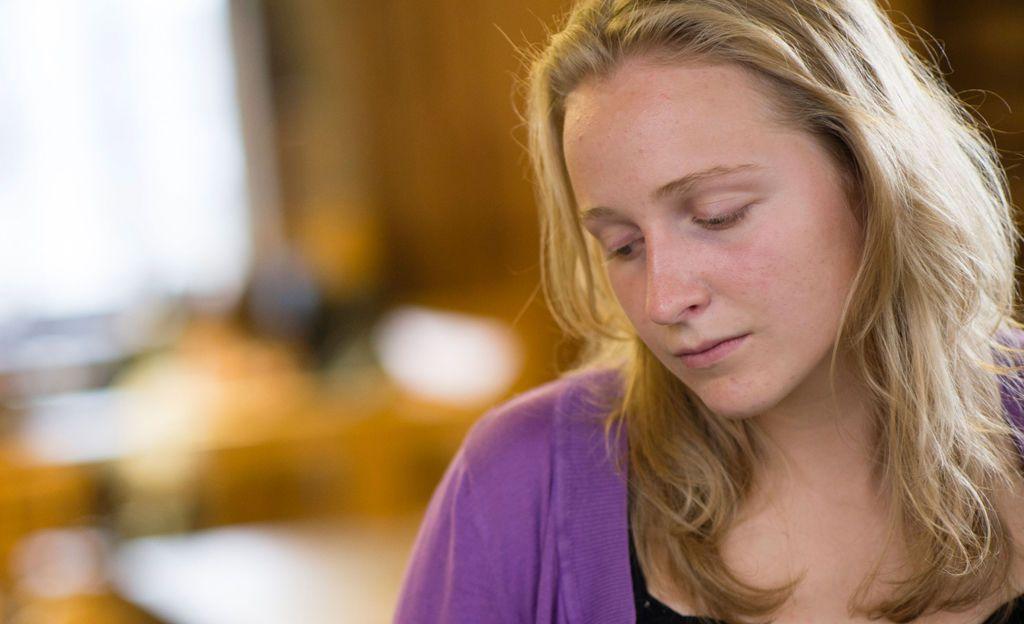 """Liiallinen itsekriittisyys voi johtaa mielenterveysongelmiin - psykologi: """"Tarkkaile ilmaantuvia oireita"""""""