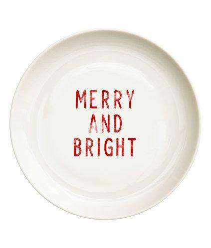 Wit/Merry and Bright. Een bord van porselein met een geprint kerstmotief. Diameter 17 cm.