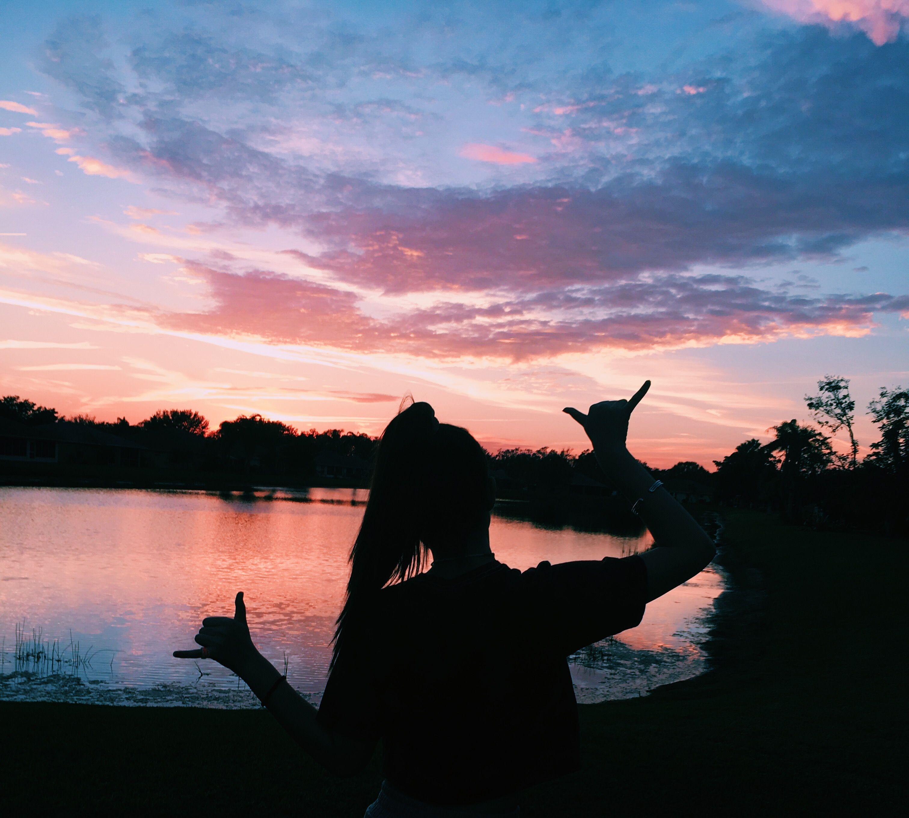 Девушки на фоне розового заката