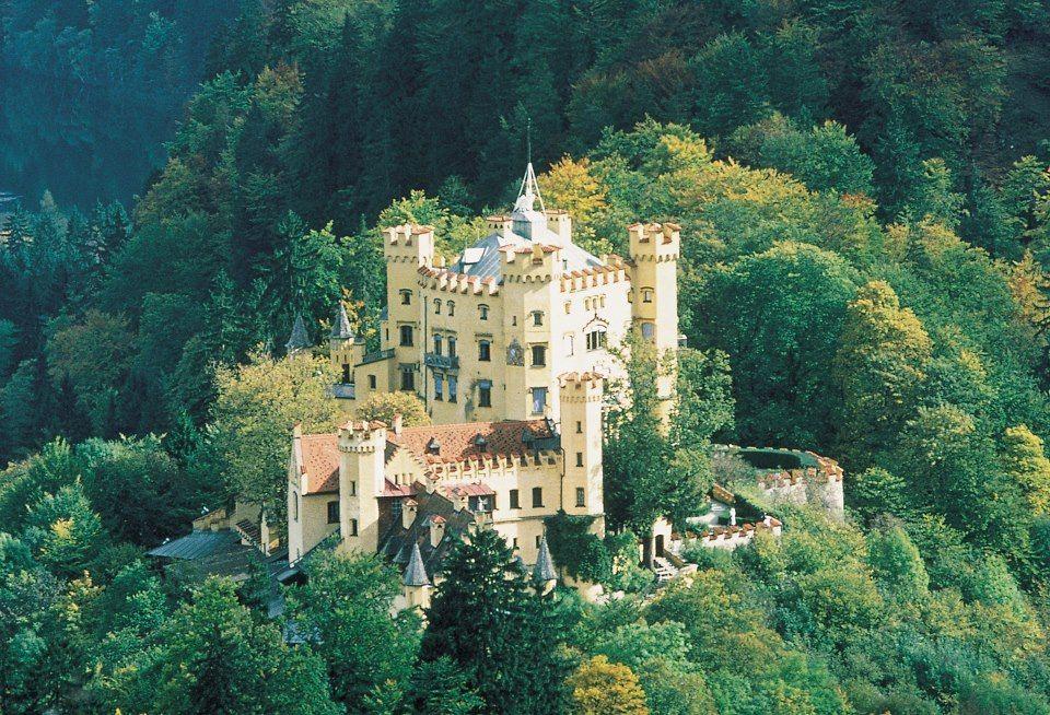 Schwangau Bayern Hohenschwangau Castle Schloss Hohenschwangau Chateau D Hohenschwangau Beautiful Castles Germany Castles Neuschwanstein Castle