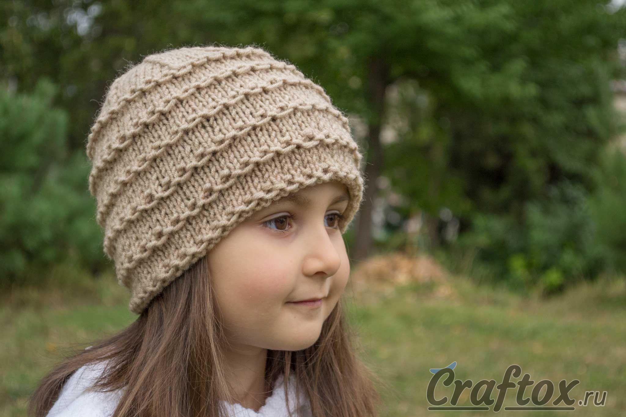 вязаная спицами шапка бини для начинающих вид справа вязаная