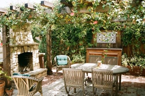 I want to hang out here... Replace the table with a lounge chair and give me a book, I'd be out there for hours!