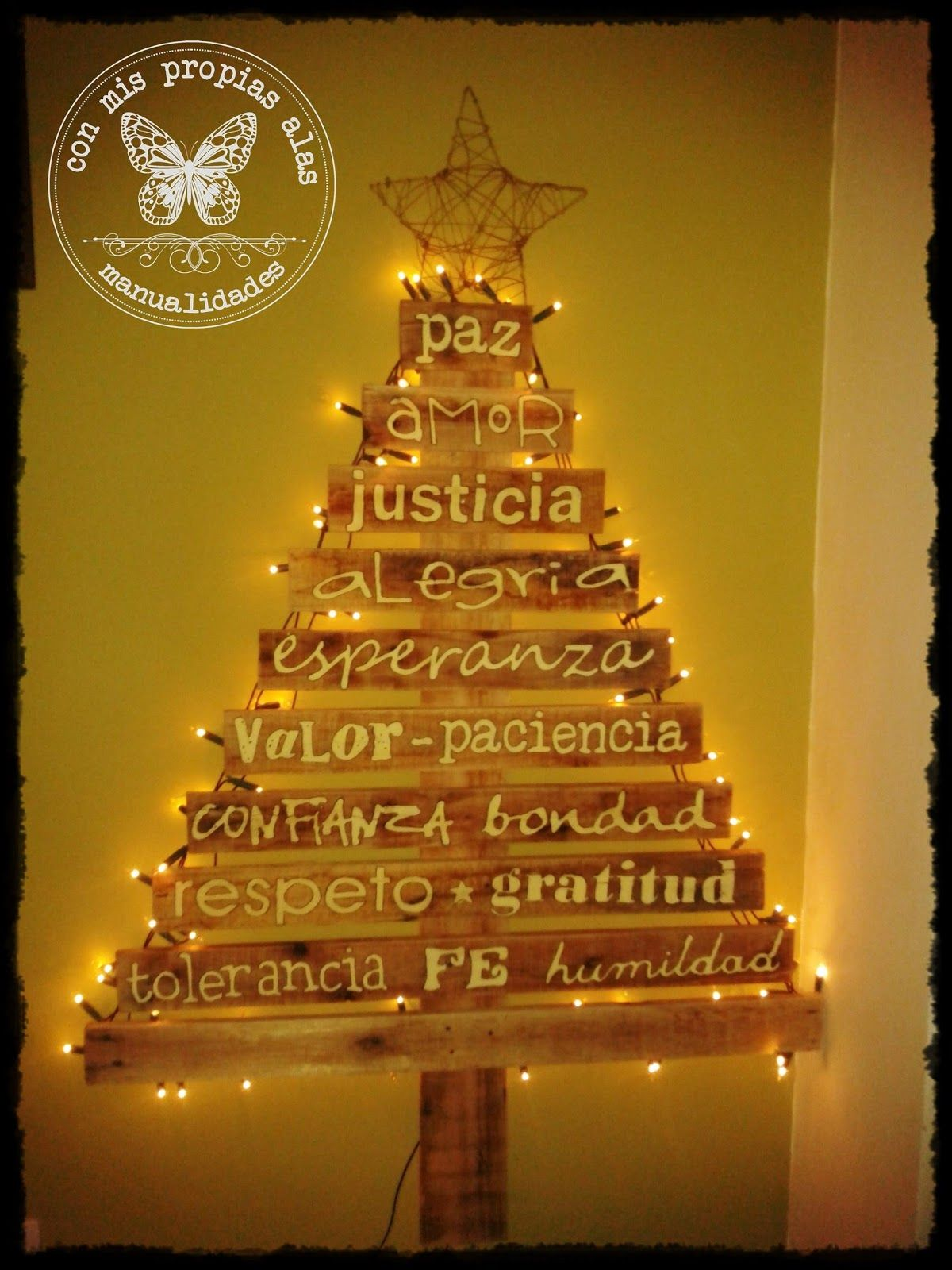 Rbol de navidad se puede hacer con tela y escribir sobre ella o con tablas de madera queda for Tablas de madera