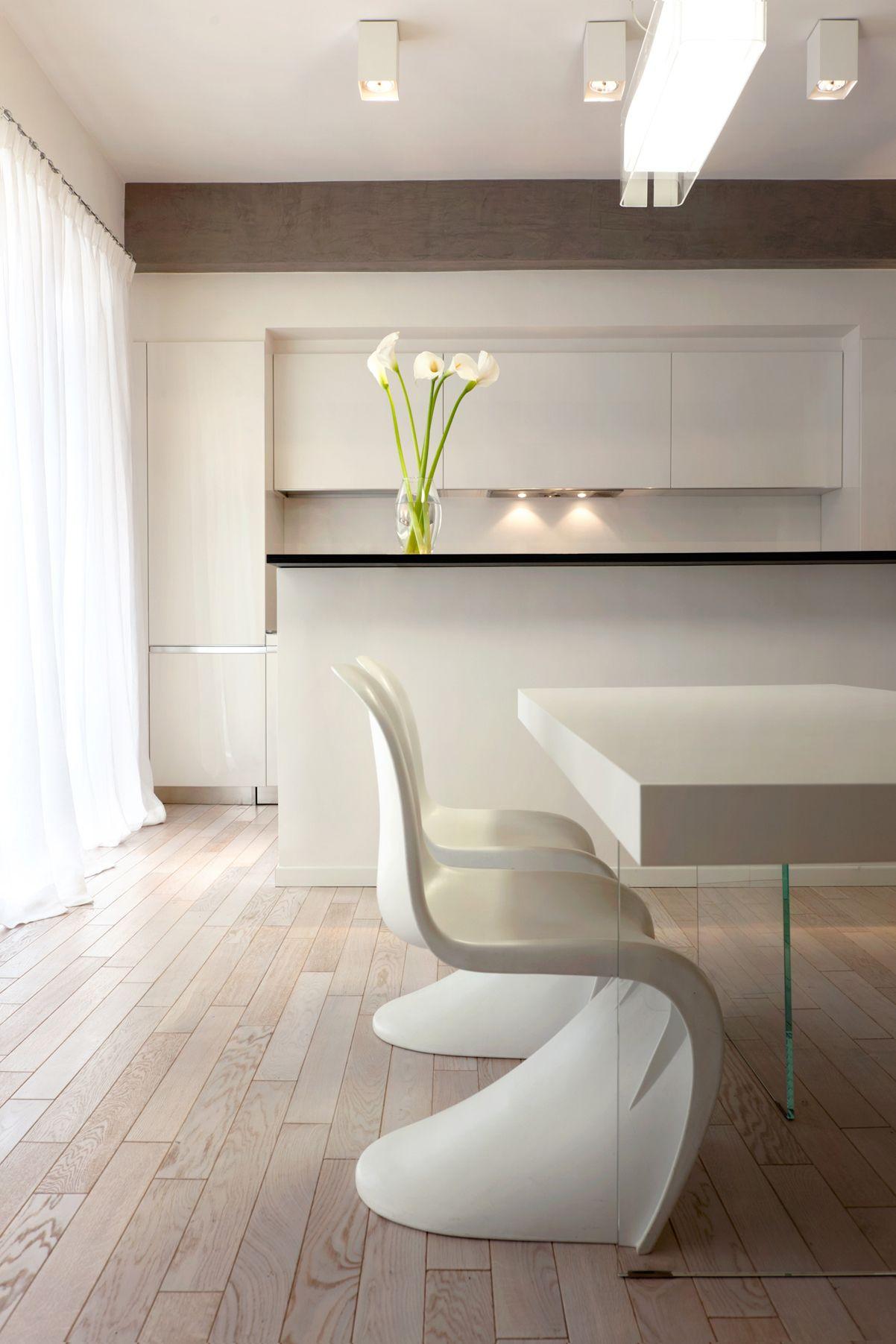 Alla cucina total white viene abbinato il tavolo dalla base bianca ...