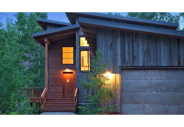 Exterior View Of The Entry To The Home At Twilight A Contemporary Cabin Like Mountain House Exteriores Caseros Plano De Vivienda Construccion De Viviendas