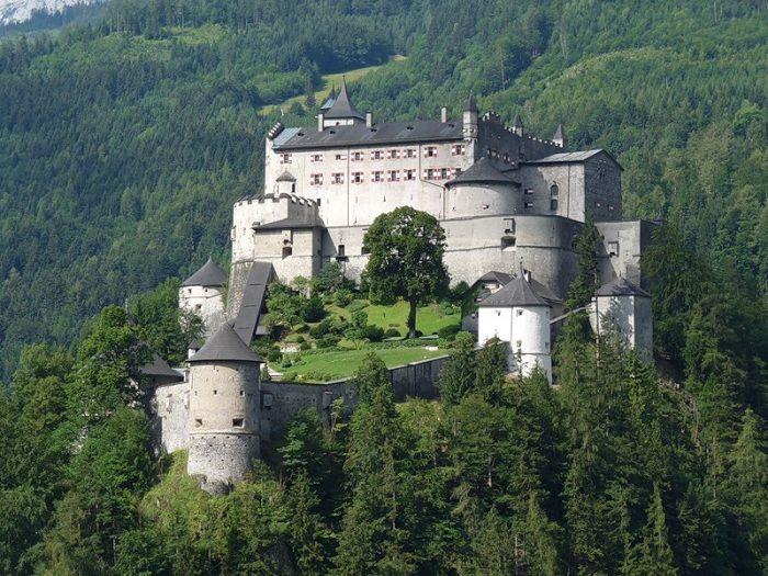Замок Хоэнверфен находится примерно в 40 км к югу от австрийского города Зальцбург. Замок в окружении Берхтесгаденских Альп и горнуй цепи Тенненгебирг.