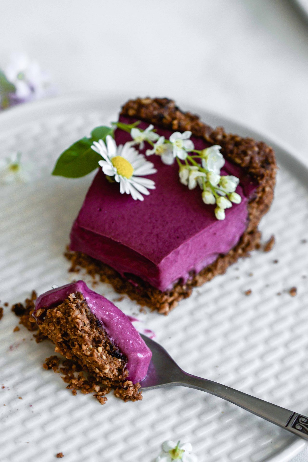 Heidelbeer-Tarte mit Schoko-Walnuss-Boden | vegan, glutenfrei | Flowers in the Salad