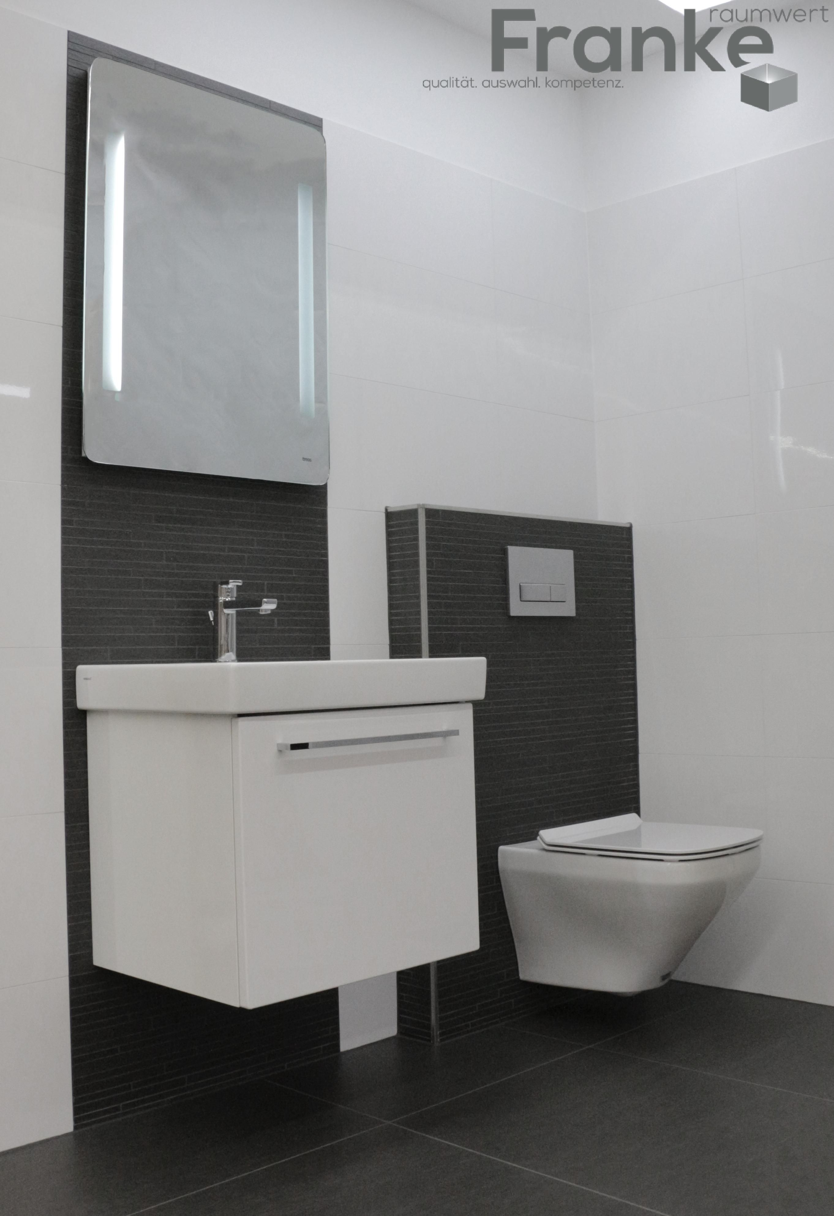 Klassischer Schwarz Weiss Look Zeitgemass Und Langlebig Weiss Hochglanzende Badezimmer Klein Badezimmer Schwarz Badezimmer