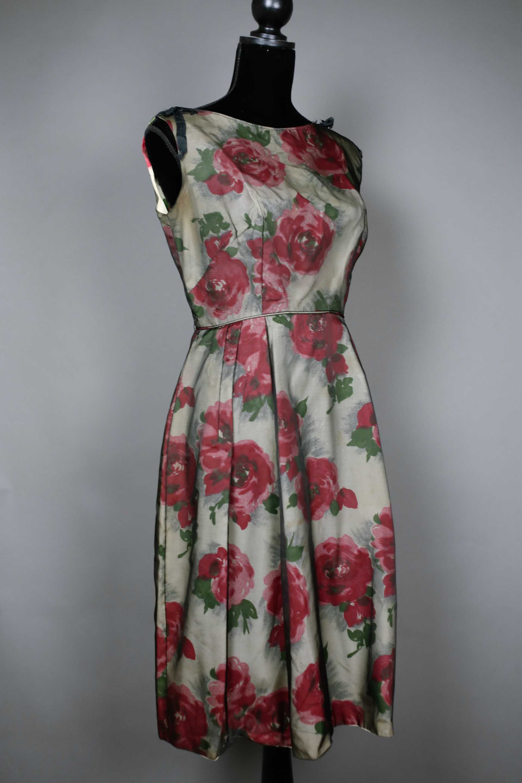 Vintage Année 50 pour robe vintage années 50 imprimée de rose rouges. #robevintage #1950