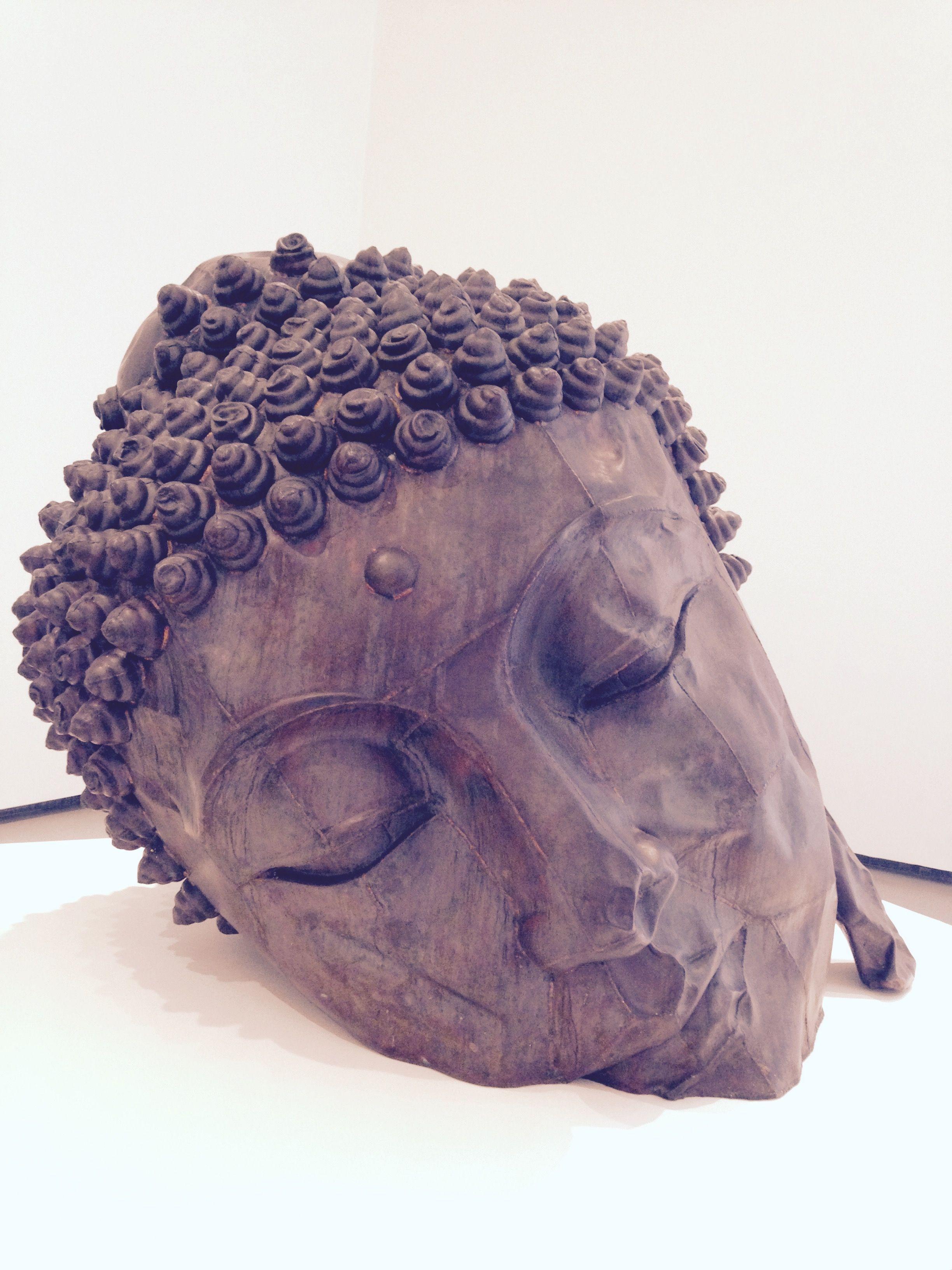 Long Island Buddha, Zhang Huan. Exposição de artistas chineses, Fondation Louis Vuitton. Escultura em couro, com as costuras visíveis e enferrujadas esta obra lembra com serenidade a efemeridade da vida...