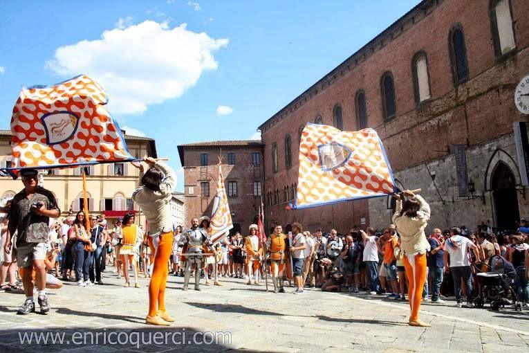 Provenzano 2013. Sbandierata della Contrada del Leocorno in Piazza del Duomo. Foto di Enrico Querci su www.enricoquerci.com