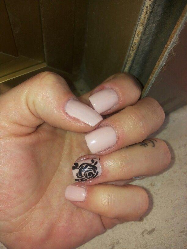 unghie gel rosa con rosa stilizzata nera primavera 2015 nail art