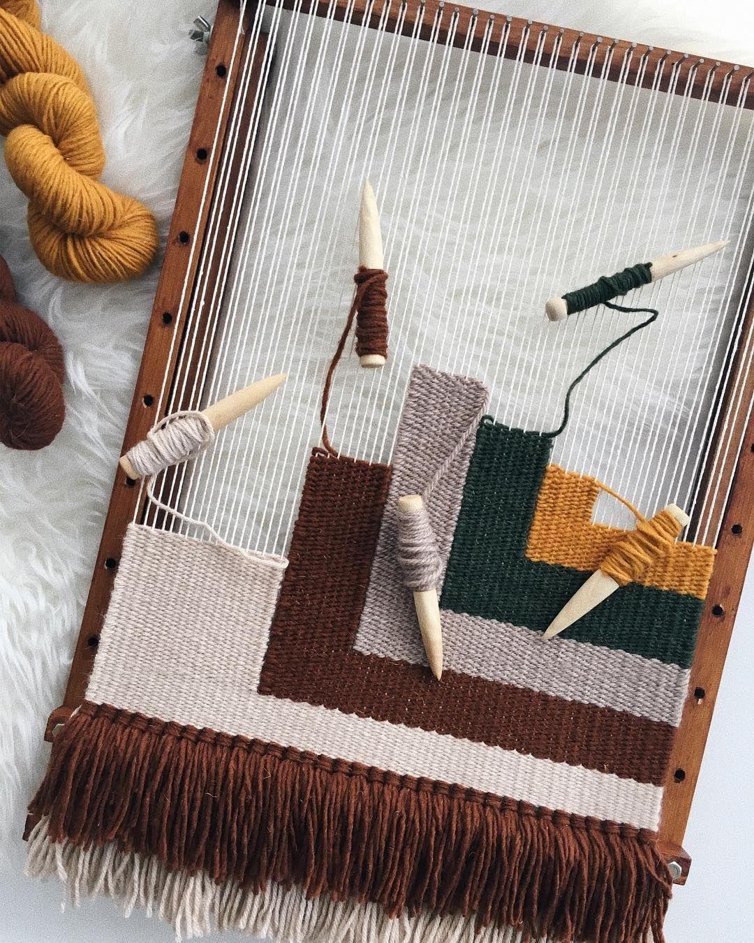 Así llevo este tapiz personalizado que os enseñaba el otro día en stories. Colores otoñales y formas cuadradas como protagonistas, ya que… #weaving