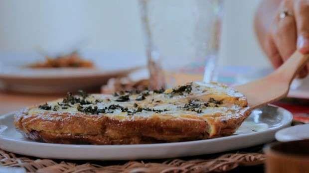 *Receita da Bela GilIngredientes10 ovos4 inhames fatiados bem fino1 rama de manjericãoAzeiteSal mari... - Reprodução/GNT