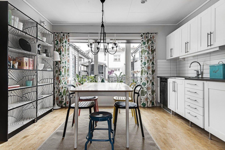 Kök stenskiva kök : Kök med vita lÃ¥dor och skÃ¥psluckor, vitt kakel, mörkare bänkskiva ...