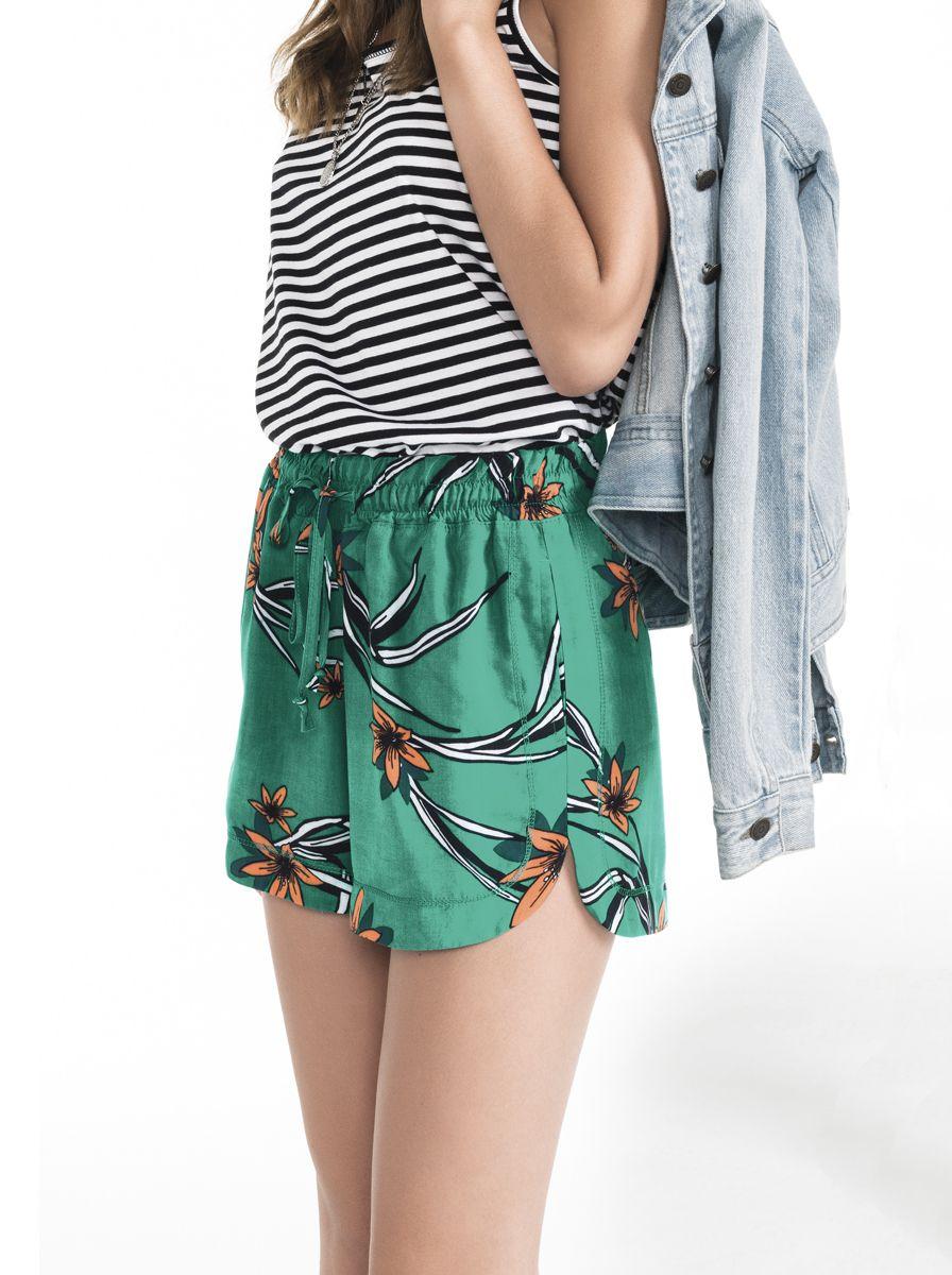 37f2c651a Shorts feminino em viscose estampado com elástico na cintura na cor verde  em tamanho P.
