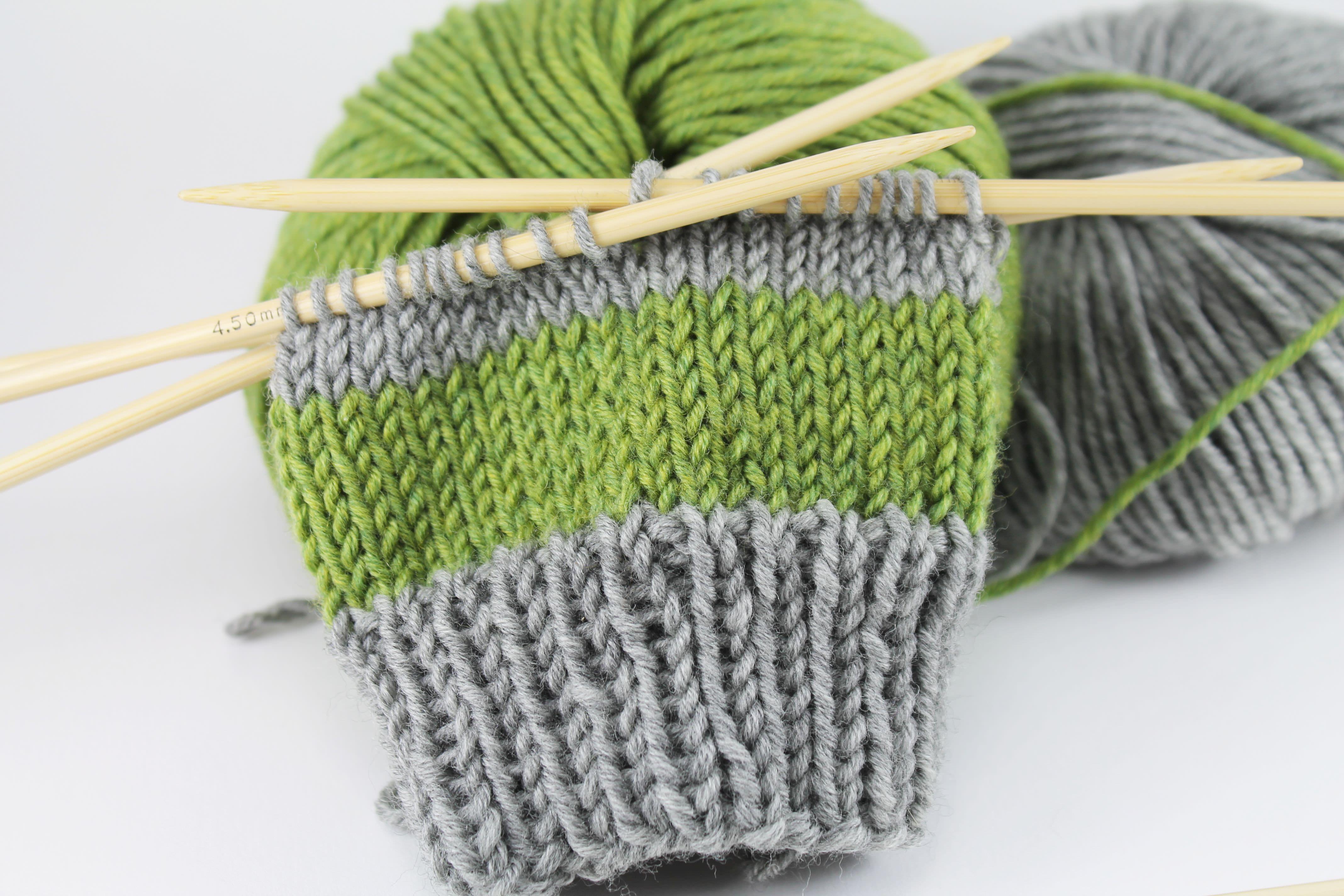 Photo of Einfache bunte Armstulpen stricken
