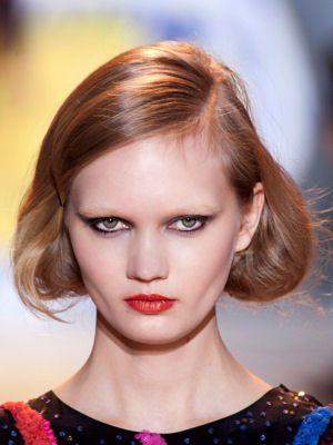 Marre de faire toujours la même coiffure ? Inspirez-vous des défilés pour trouver de jolies idées d'attaches.
