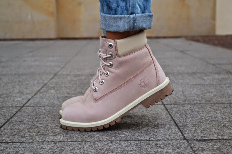 Ok, so my friend just got them an I am suuuper jealous! Just look at them,  I'm in love and I might just get a pair of my own Pink Timberland