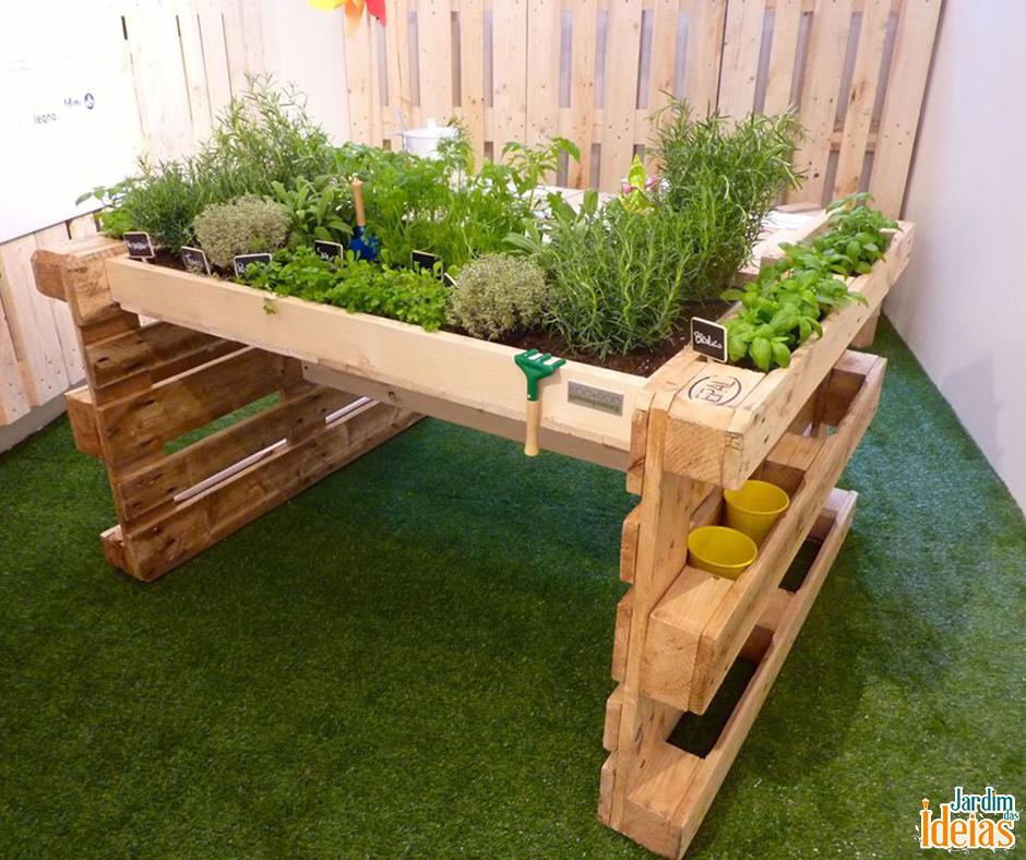 Que tal usar pallets para montar suporte para cultivo de hortaliças? Nas laterais você pode armazenar ferramentas. Pallet Ideas, Zahradničení Ve Městě, Pěstování Zeleniny, Zvýšené Postele, Bylinková Zahrada, Recyklované Palety
