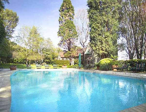 Sandra Bullock En pleno Beverly Hills se encuentra esta mansión, propiedad de Sandra Bullock. En sus 16 mil metros cuadrados no podía faltar una bonita piscina.
