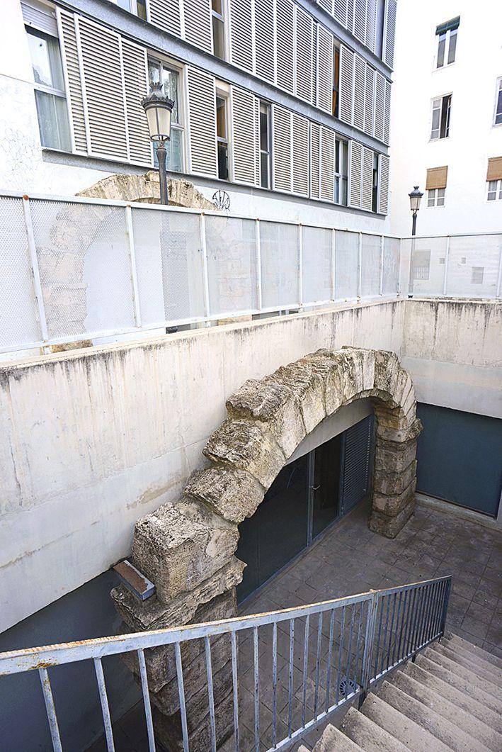 Posiblemente hemos paseado decenas de veces por los alrededores de la calle Baja y de la plaza del Árbol de Valencia sin percatarnos de un gran tesoro escondido: los restos de la bodega más antigua de la ciudad.