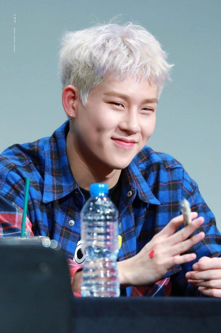 8 Male K Pop Idols Who Make The Friendliest Faces For Fans Kpopmap Monsta X Monsta X Jooheon Jooheon