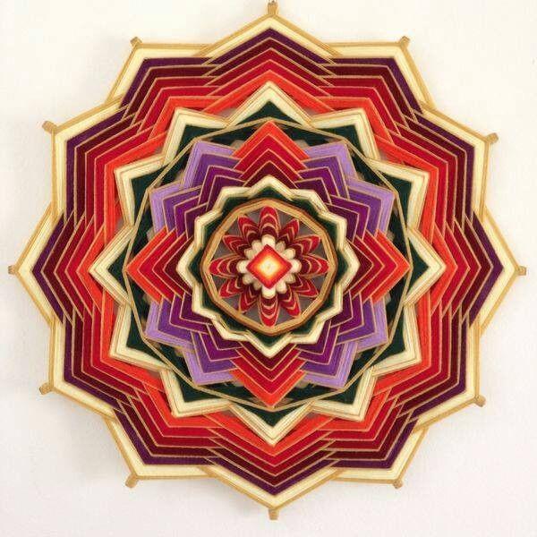 Mandala de 12 pontas, 80cm de diâmetro. Tecida com lã em varetas de madeira.