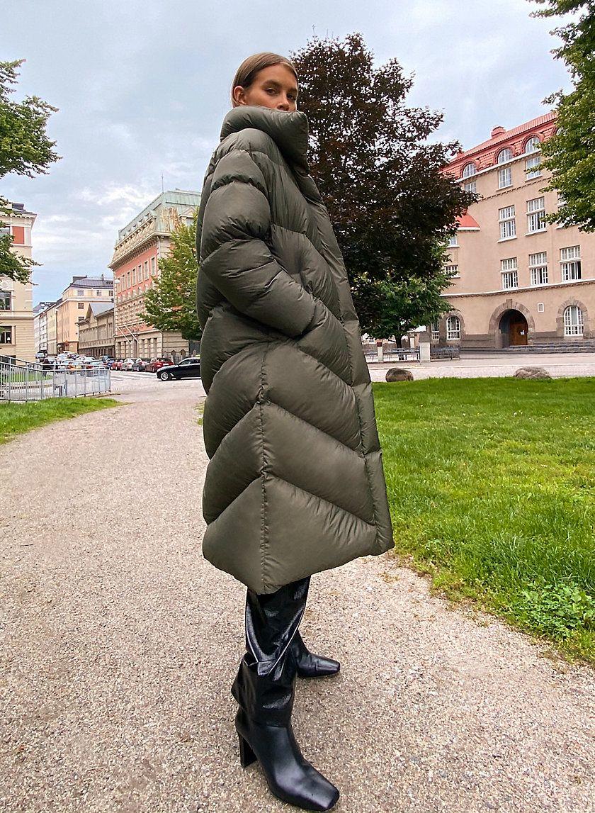 The Cloud Puff Maxi In 2021 Puffer Coat Outfit Puffer Jacket Outfit Puffer Jacket Style [ 1147 x 840 Pixel ]