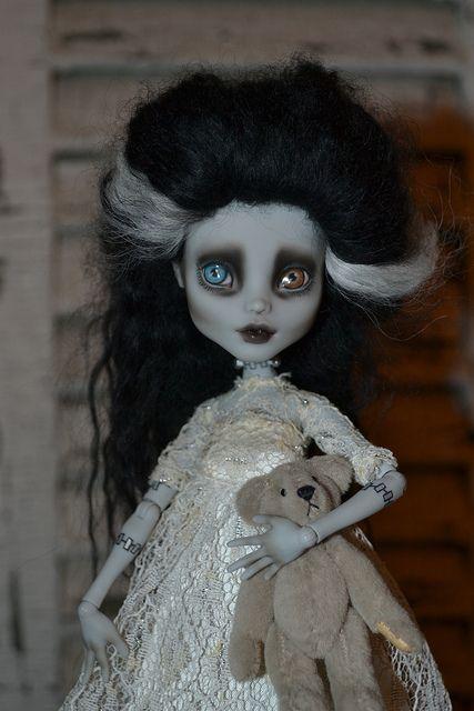 by Wonderlandfan (heterochromic bride of Frankenstein doll)