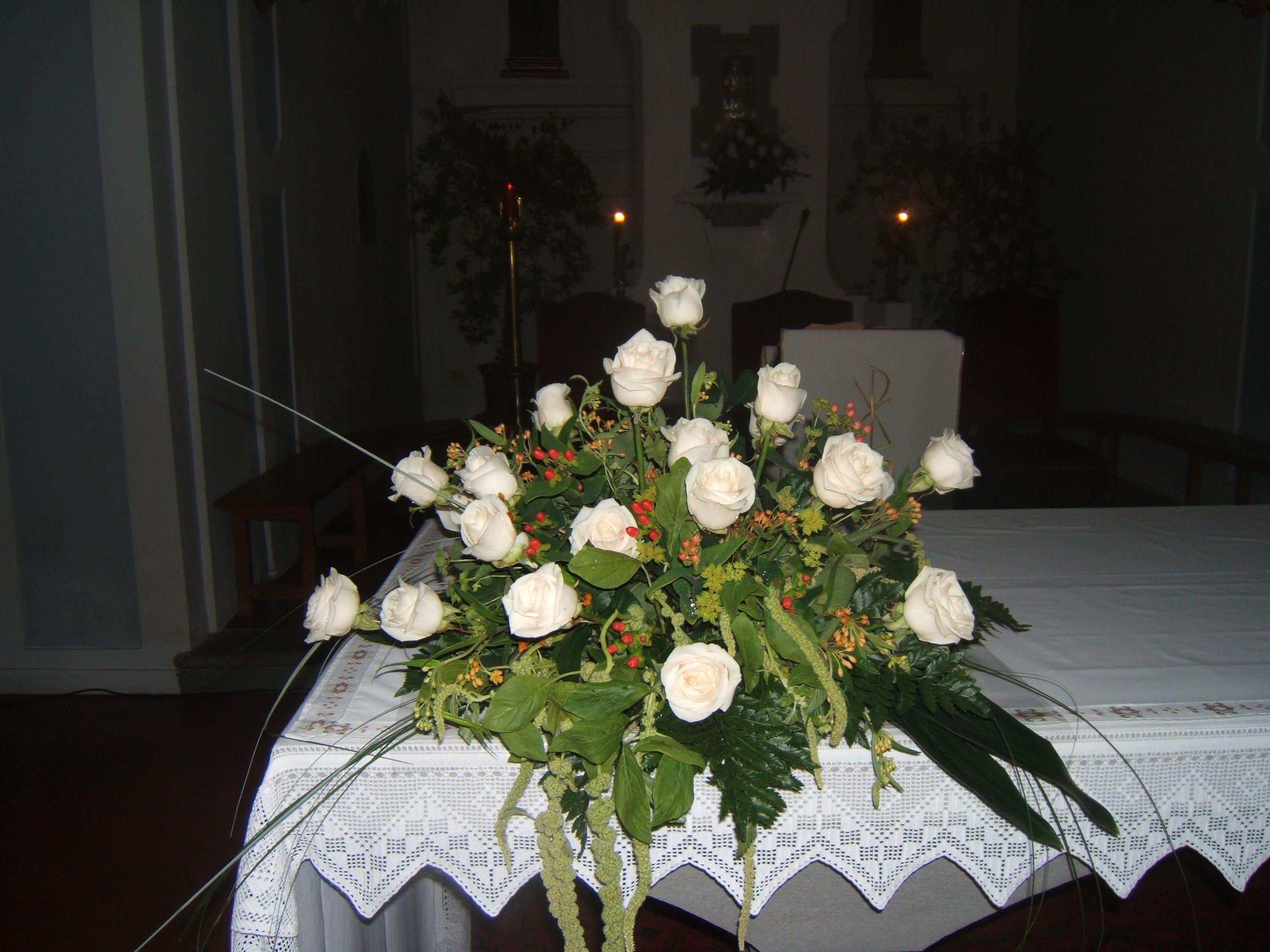 Matrimonio Girasoli E Rose Bianche : Matrimonio altare con rose bianche e amaranto asso di