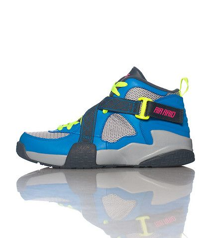 NIKE Kid's mid top sneaker Lace closure with criss cross