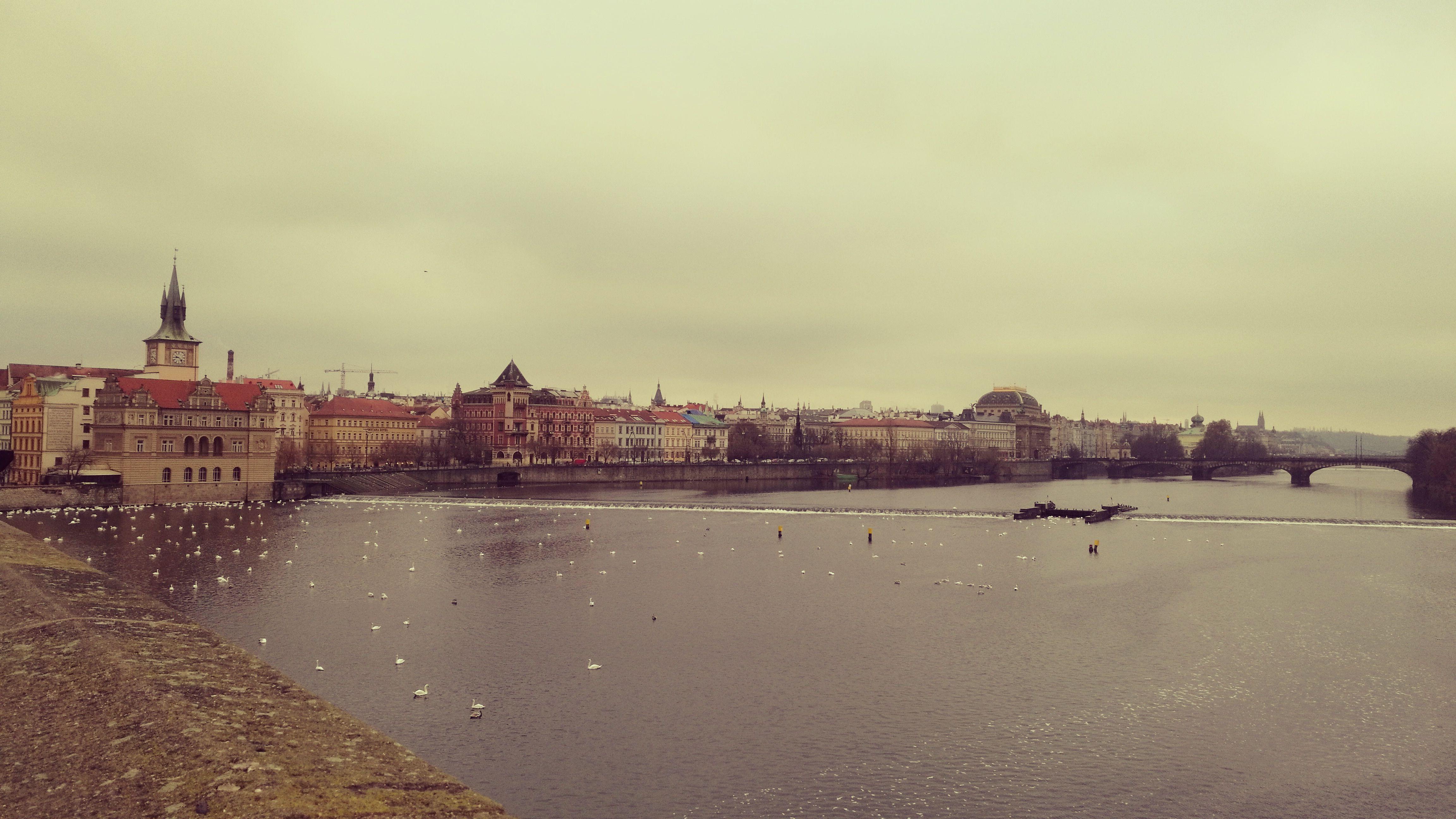 Lado izquierdo del río Moldova, dirección centro histórico