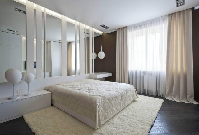 Wohnideen in wei schlafzimmer spiegel streifen wanddeko dunkler holzboden licht bedroom - Wanddeko streifen ...