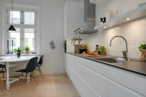 Cocina Nordica Blanca Y Gris Parquet Azulejos Metro Encimera Gris