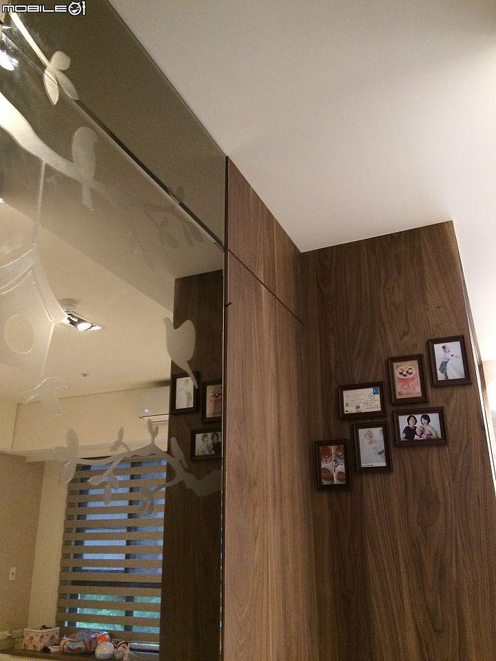 大穿衣鏡的透明壁貼 也是設計師用心搭配 請專業師傅來施工的