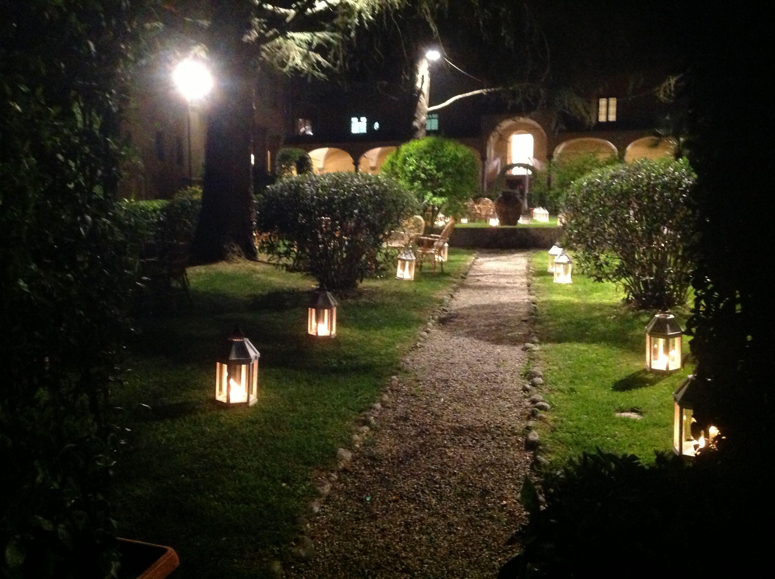 Lanterne con candele per illuminare il parco nella notte the park