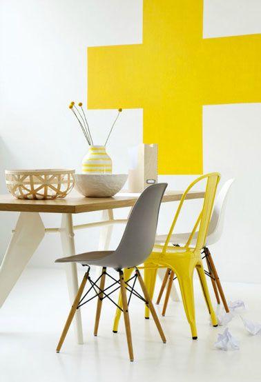 Salle Manger Dun Petit Appartement Table Bois Chaise Tolix Jaune Chaises Coques Blanc Et Taupe