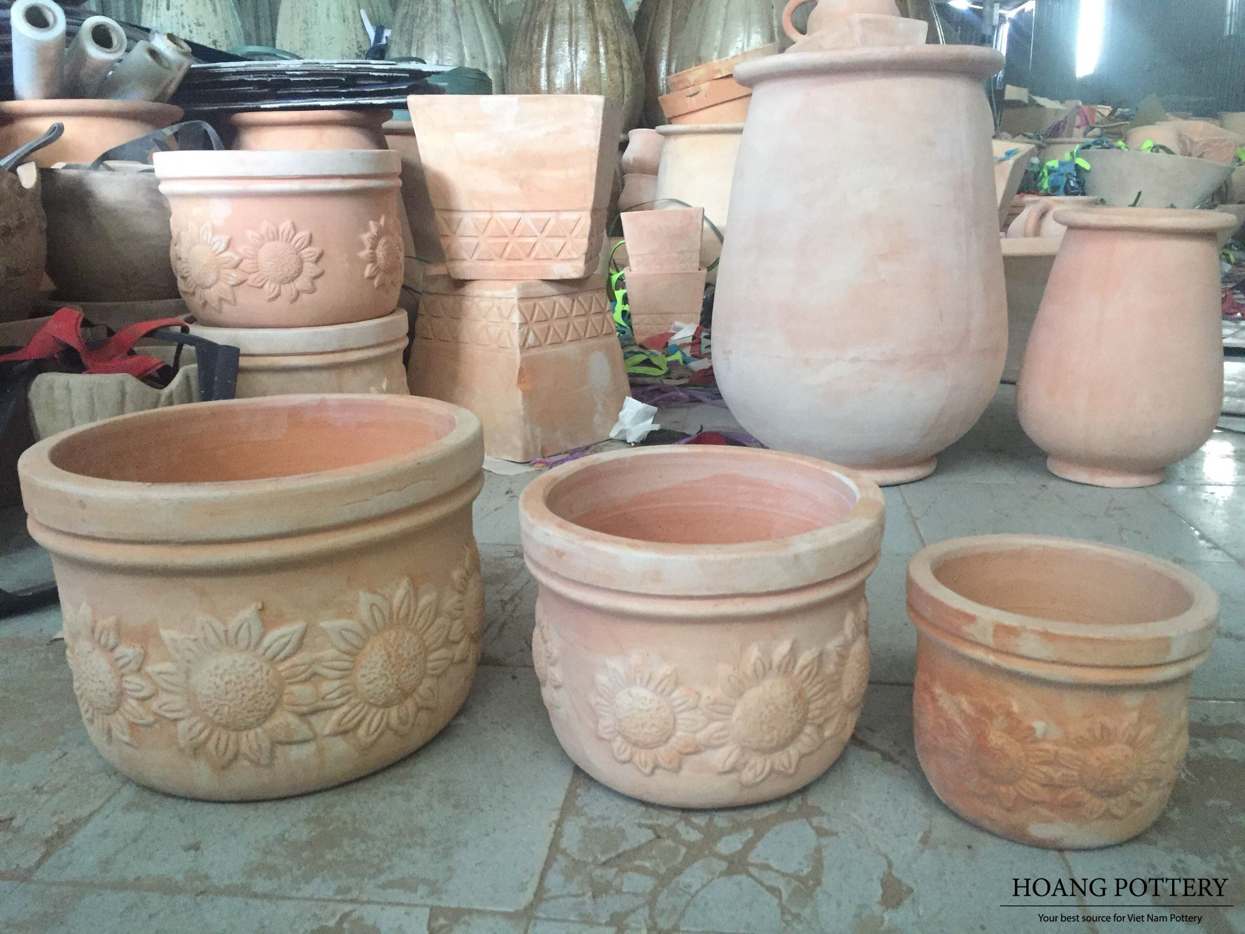 A Set Of 3 Terracotta Planters With Lovely Floral Patterns Set Of 3 Cm 44 40 34 30 24 20 W In 2020 Terracotta Planter Terra Cotta Pots Garden Sunflower Pattern