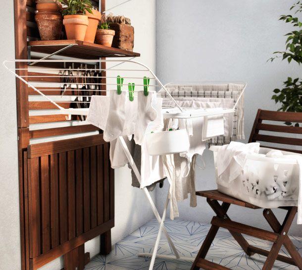 v tements s chant sur un s che linge mulig et panier linge blaska pos sur une chaise pplar. Black Bedroom Furniture Sets. Home Design Ideas