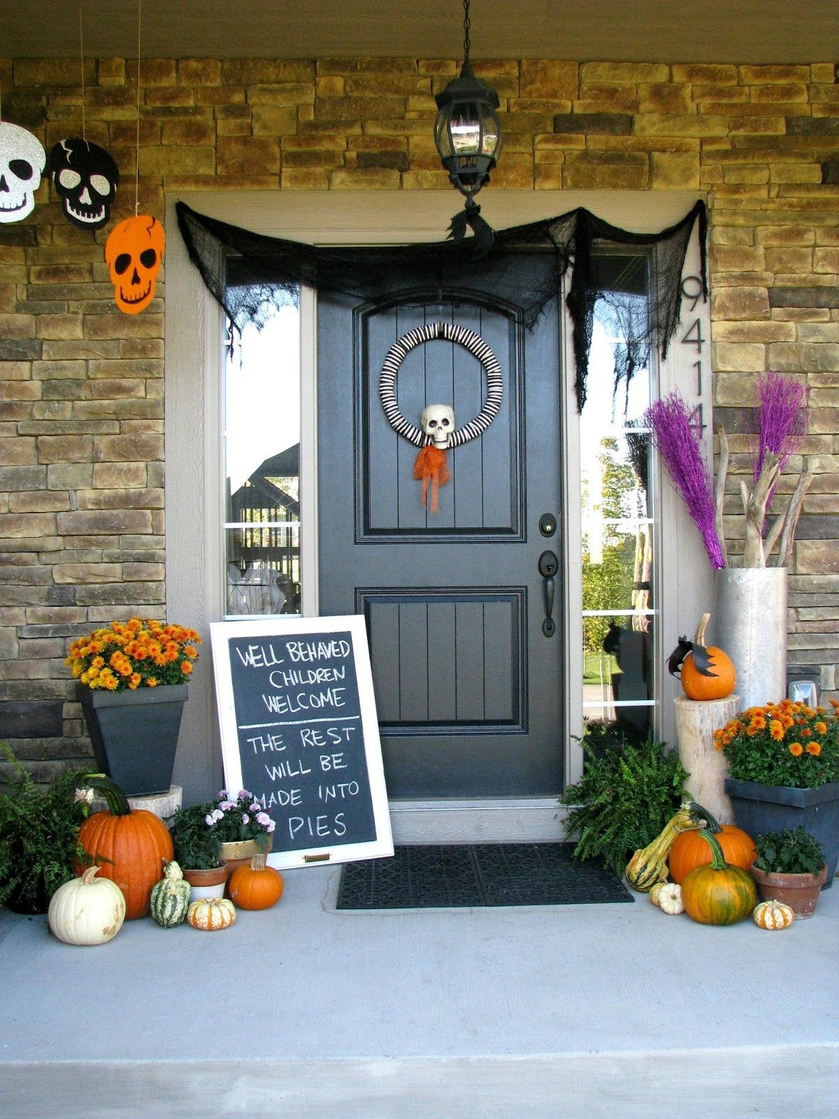 Cute Halloween Front Porch Decorations To Greet Your Guests - Cool chalkboard halloween decor