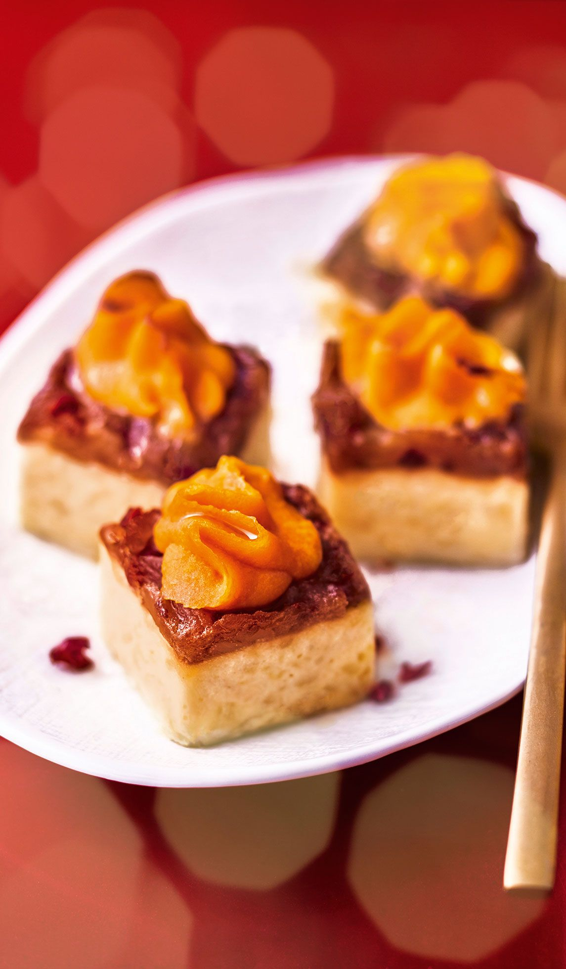 54d04682d5b  MaTableAuSommet Sur un gratin de pommes de terre sont posés un chutney  oignon-cranberry