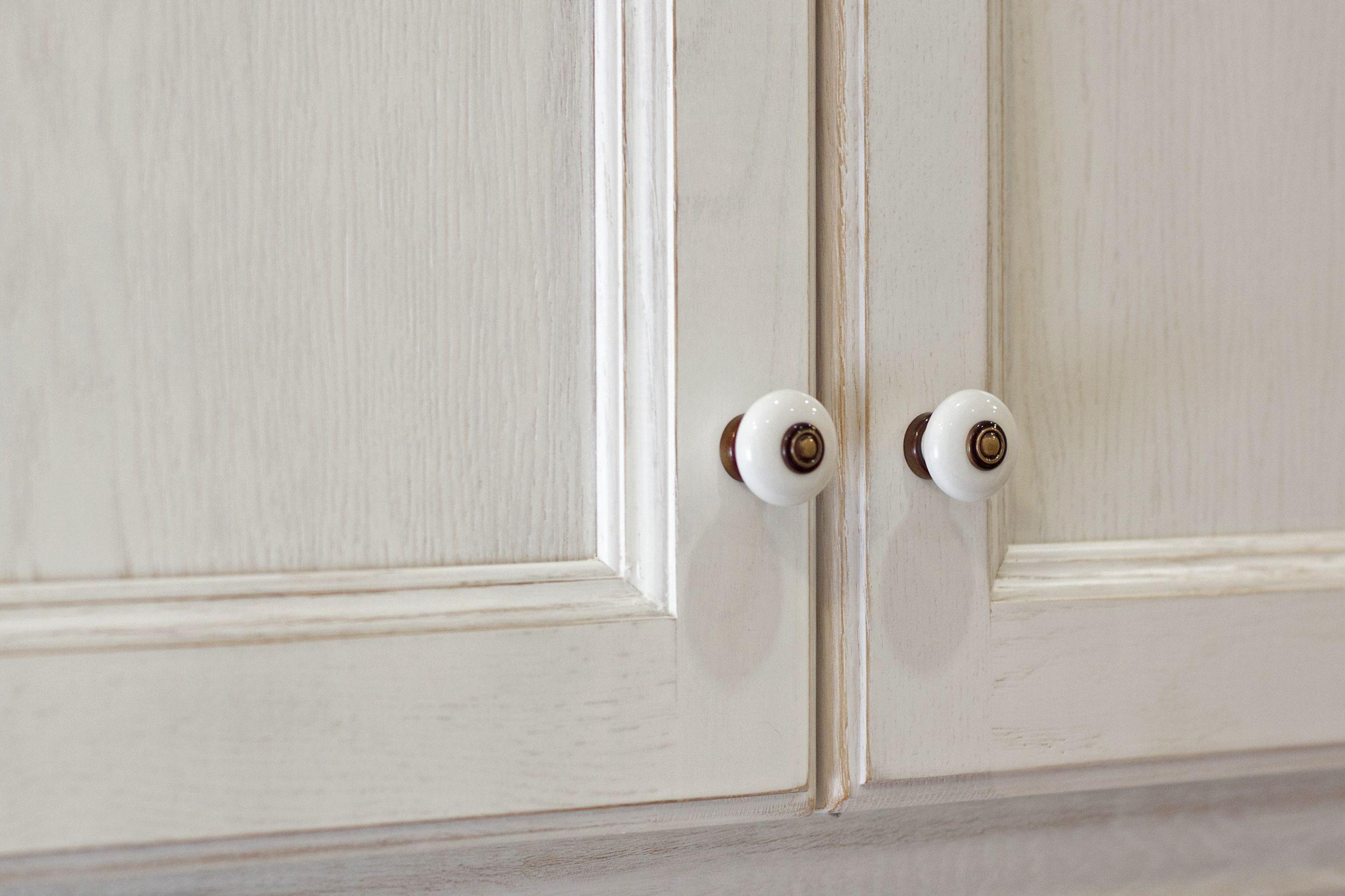 Puertas De Cocina Con Plaflón Y Lacado A Poro Abierto. Pomos De Porcelana. # Pomos #porcelana #puertas #cocina #blanca