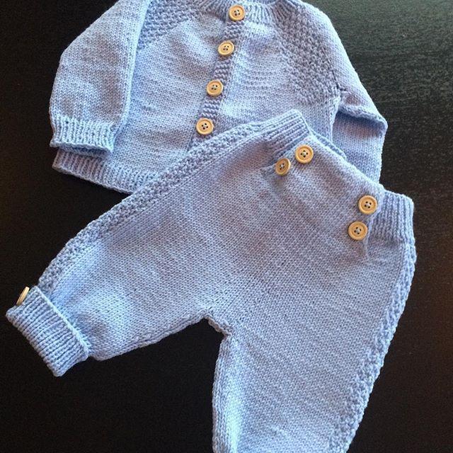 Minstenjakke og bukse ferdig til bestemor-gutten i Trondheim, som blir født i maiOg nå er jakke og bukse til bittelillebror på Skage neste prosjekt#klompelompe #minstenjakke #minstenbukse #bestemorstrikk