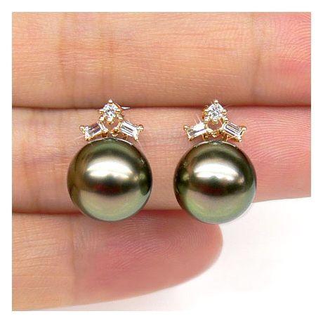 Boucles oreilles perles Tahiti – Or jaune – Diamants ronds, émeraudes
